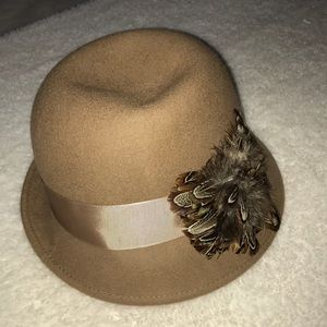 Accessories - Hat with feathers